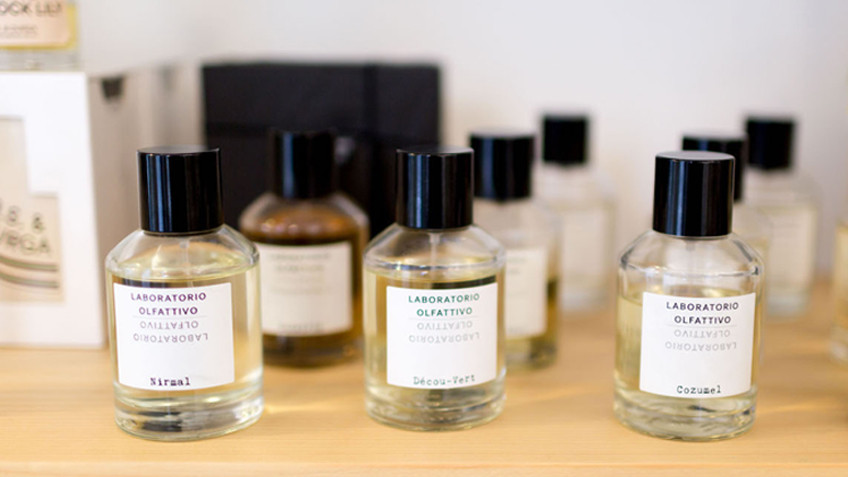 Un grupo de perfumes envasados en diversos tamaños y formas
